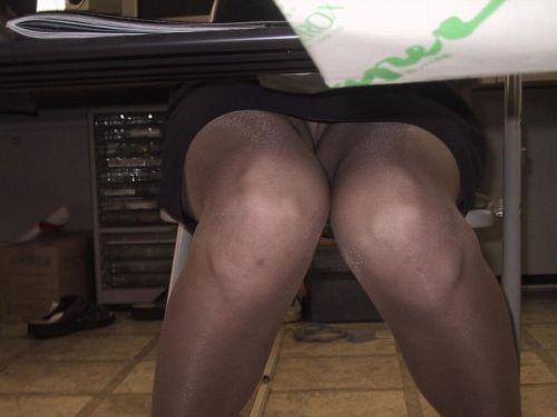 真面目なOLさんが机の下で無警戒にパンチラしてる盗撮エロ画像 46枚 No.9