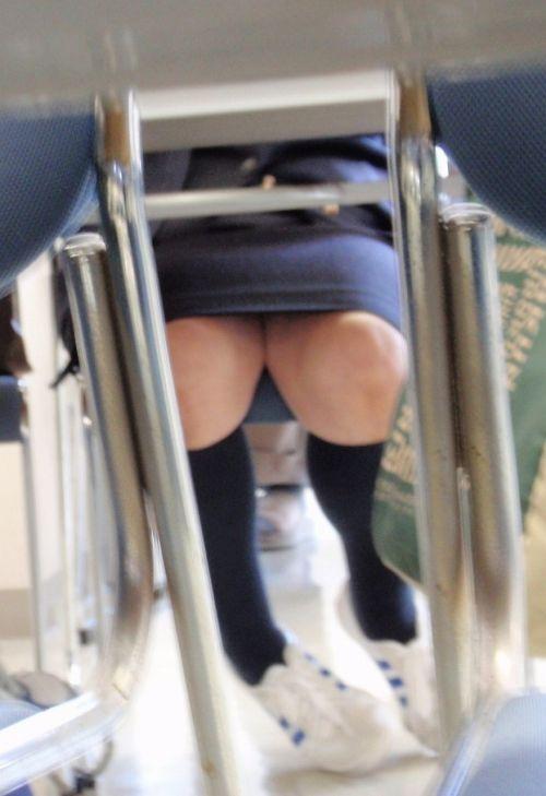 真面目なOLさんが机の下で無警戒にパンチラしてる盗撮エロ画像 46枚 No.45