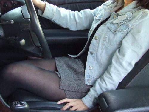自動車の中でストッキングを履いたお姉さんの太ももを盗撮したエロ画像 31枚 No.1