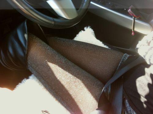 自動車の中でストッキングを履いたお姉さんの太ももを盗撮したエロ画像 31枚 No.10