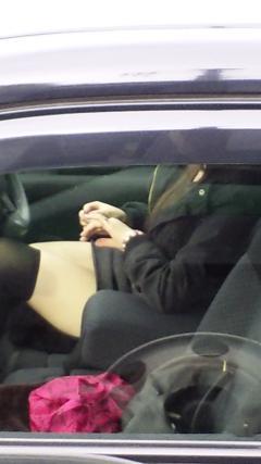 自動車の中でストッキングを履いたお姉さんの太ももを盗撮したエロ画像 31枚 No.12
