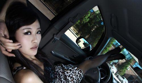 自動車の中でストッキングを履いたお姉さんの太ももを盗撮したエロ画像 31枚 No.16