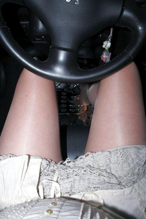 自動車の中でストッキングを履いたお姉さんの太ももを盗撮したエロ画像 31枚 No.19