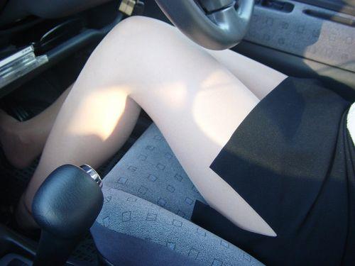 自動車の中でストッキングを履いたお姉さんの太ももを盗撮したエロ画像 31枚 No.26