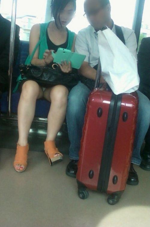 【画像】電車内でデルタゾーンパンチラや股開きパンチラを激写盗撮www 38枚 No.4