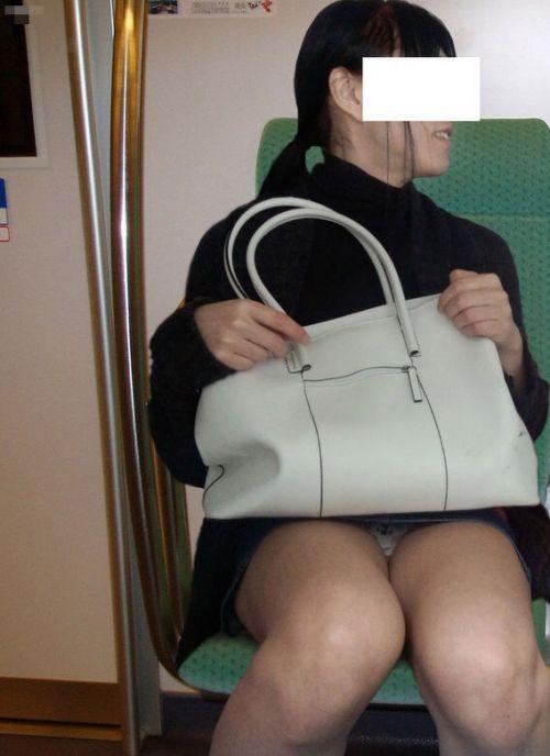 【画像】電車内でデルタゾーンパンチラや股開きパンチラを激写盗撮www 38枚 No.8