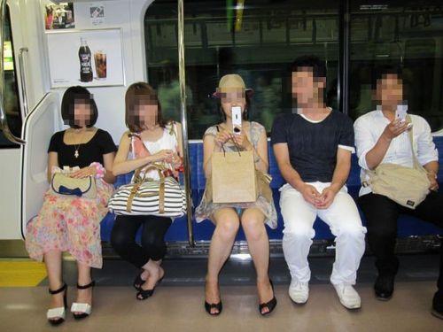 【画像】電車内でデルタゾーンパンチラや股開きパンチラを激写盗撮www 38枚 No.11