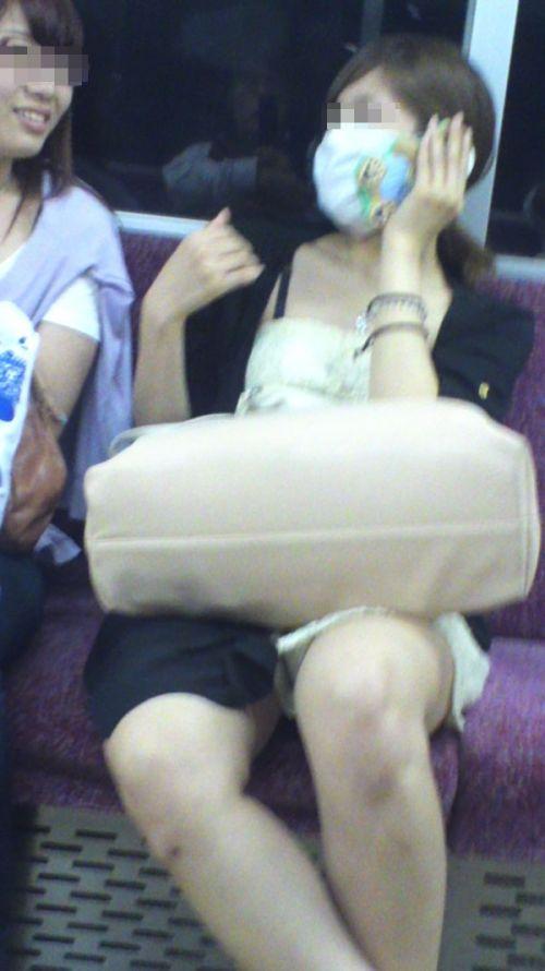 【画像】電車内でデルタゾーンパンチラや股開きパンチラを激写盗撮www 38枚 No.13