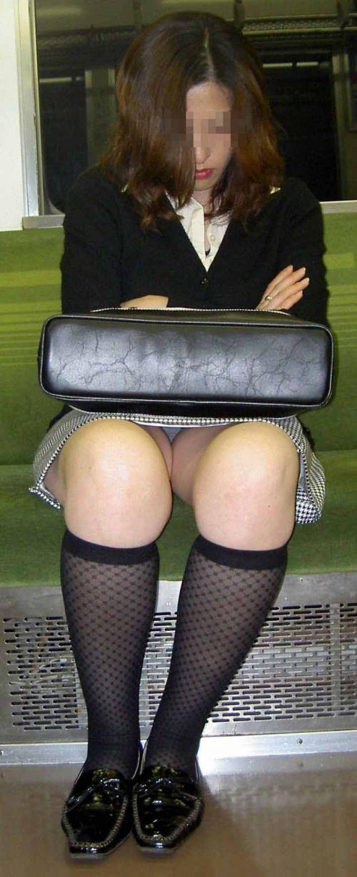 【画像】電車内でデルタゾーンパンチラや股開きパンチラを激写盗撮www 38枚 No.16
