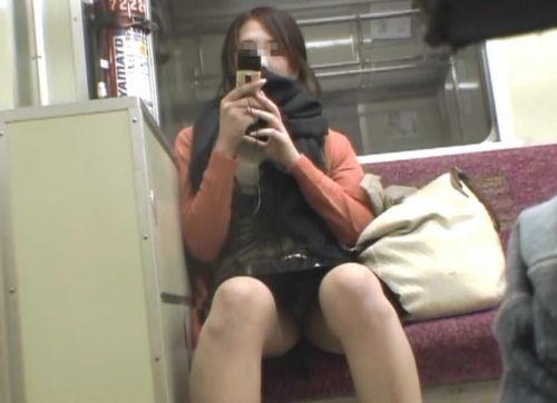 【画像】電車内でデルタゾーンパンチラや股開きパンチラを激写盗撮www 38枚 No.18