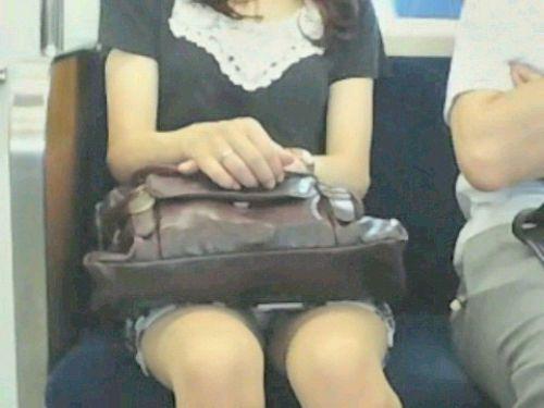 【画像】電車内でデルタゾーンパンチラや股開きパンチラを激写盗撮www 38枚 No.22