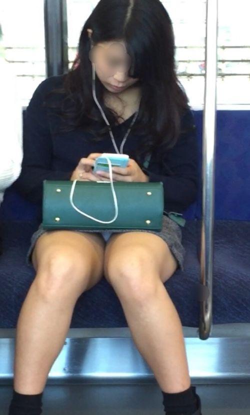 【画像】電車内でデルタゾーンパンチラや股開きパンチラを激写盗撮www 38枚 No.23
