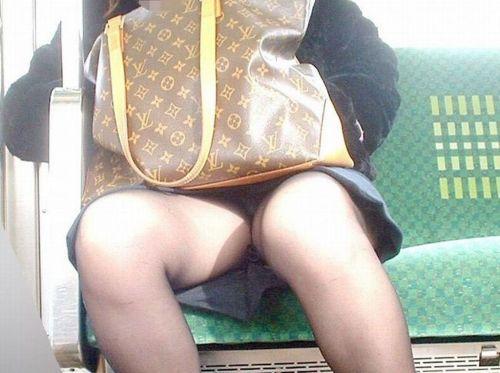 【画像】電車内でデルタゾーンパンチラや股開きパンチラを激写盗撮www 38枚 No.24