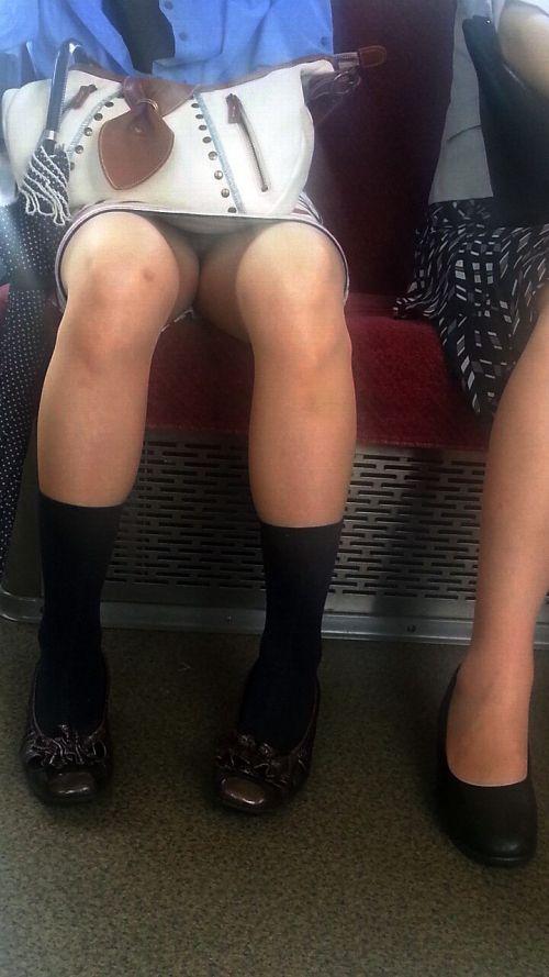 【画像】電車内でデルタゾーンパンチラや股開きパンチラを激写盗撮www 38枚 No.26