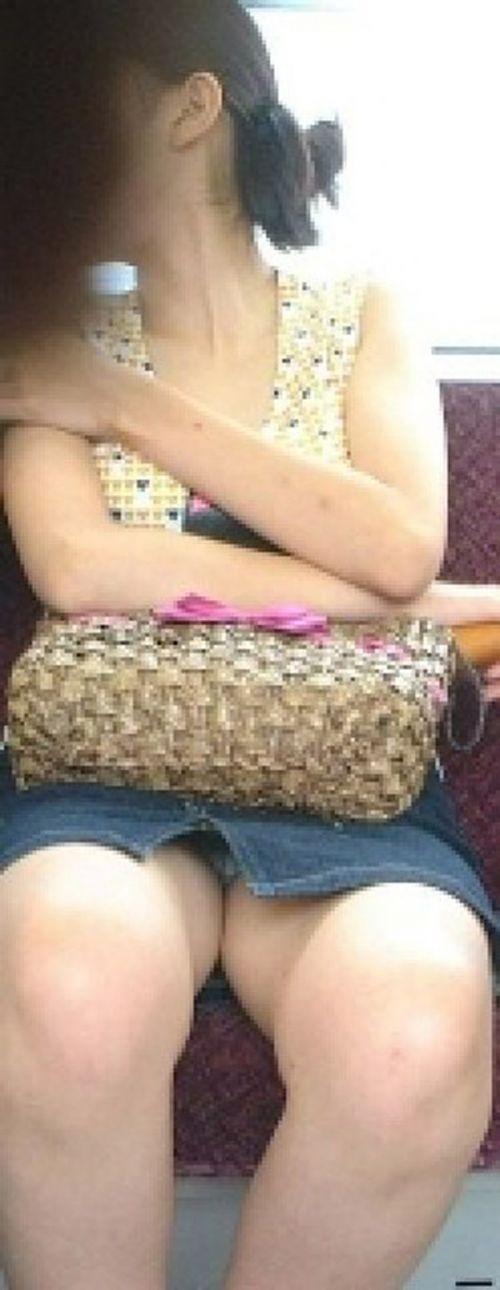 【画像】電車内でデルタゾーンパンチラや股開きパンチラを激写盗撮www 38枚 No.29