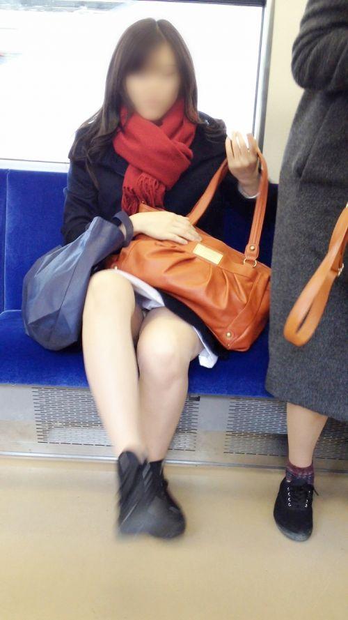 【画像】電車内でデルタゾーンパンチラや股開きパンチラを激写盗撮www 38枚 No.33
