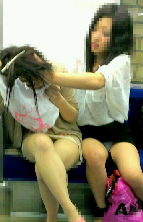 【画像】電車内でデルタゾーンパンチラや股開きパンチラを激写盗撮www 38枚 No.36