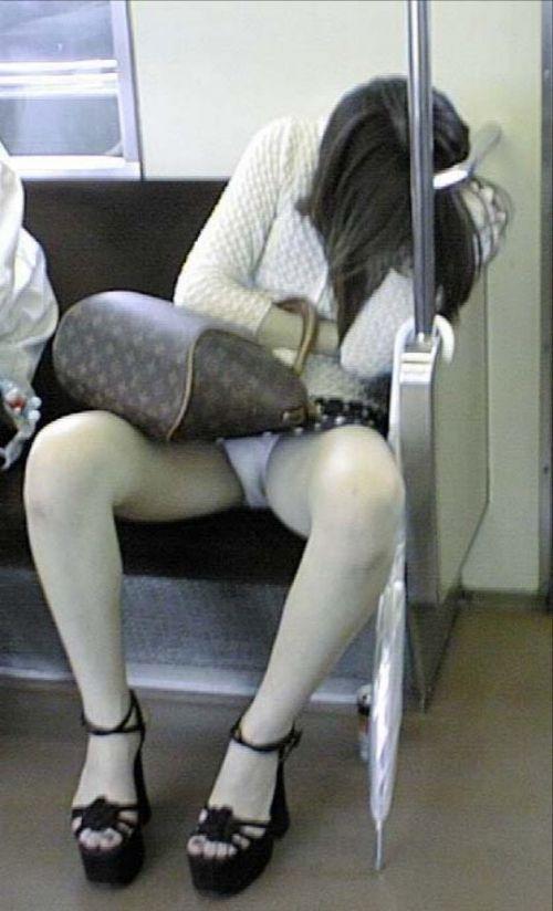 【画像】電車内でデルタゾーンパンチラや股開きパンチラを激写盗撮www 38枚 No.37