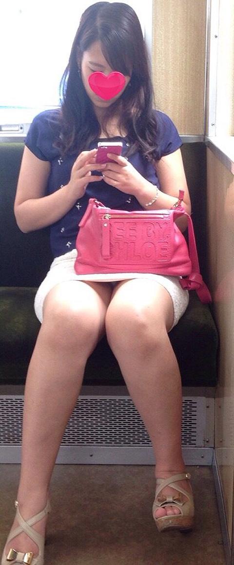 【画像】電車内でデルタゾーンパンチラや股開きパンチラを激写盗撮www 38枚 No.38