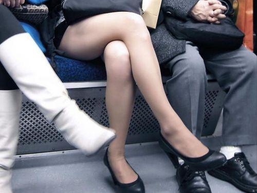 ちょっと迷惑だけど電車の中の足組みしてるエッチなお姉さんの画像 34枚 No.1