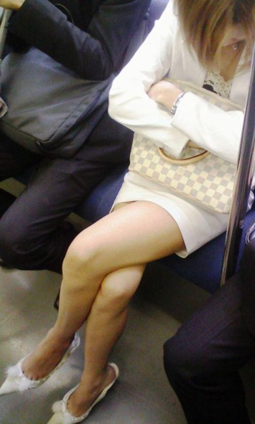 ちょっと迷惑だけど電車の中の足組みしてるエッチなお姉さんの画像 34枚 No.2