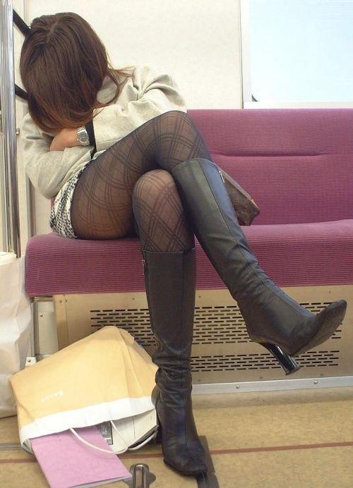 ちょっと迷惑だけど電車の中の足組みしてるエッチなお姉さんの画像 34枚 No.4