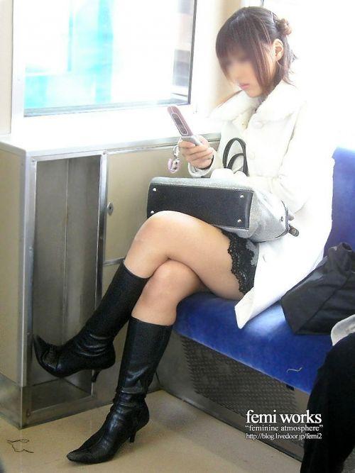 ちょっと迷惑だけど電車の中の足組みしてるエッチなお姉さんの画像 34枚 No.6