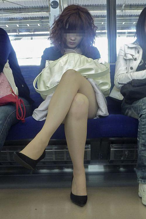 ちょっと迷惑だけど電車の中の足組みしてるエッチなお姉さんの画像 34枚 No.7