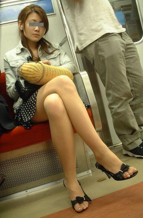 ちょっと迷惑だけど電車の中の足組みしてるエッチなお姉さんの画像 34枚 No.11
