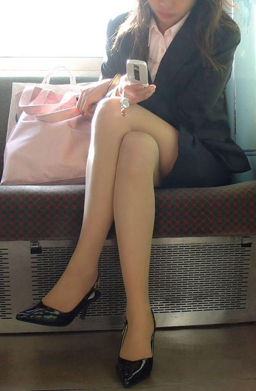 ちょっと迷惑だけど電車の中の足組みしてるエッチなお姉さんの画像 34枚 No.16