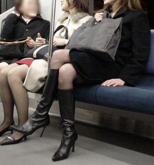 ちょっと迷惑だけど電車の中の足組みしてるエッチなお姉さんの画像 34枚 No.18