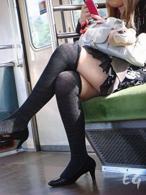 ちょっと迷惑だけど電車の中の足組みしてるエッチなお姉さんの画像 34枚 No.19