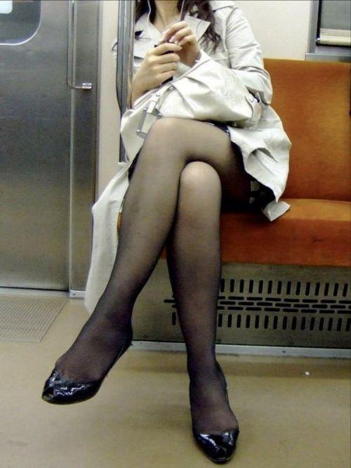 ちょっと迷惑だけど電車の中の足組みしてるエッチなお姉さんの画像 34枚 No.20