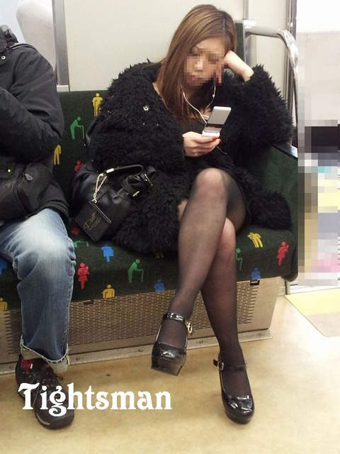 ちょっと迷惑だけど電車の中の足組みしてるエッチなお姉さんの画像 34枚 No.21
