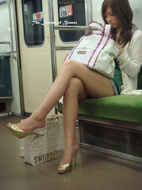 ちょっと迷惑だけど電車の中の足組みしてるエッチなお姉さんの画像 34枚 No.22