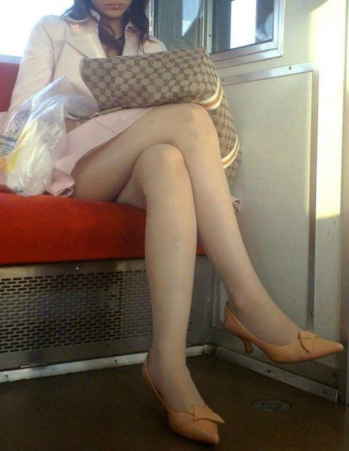 ちょっと迷惑だけど電車の中の足組みしてるエッチなお姉さんの画像 34枚 No.24