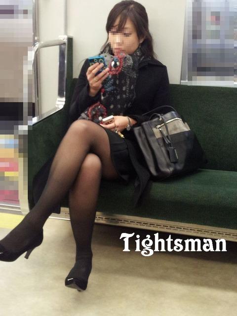 ちょっと迷惑だけど電車の中の足組みしてるエッチなお姉さんの画像 34枚 No.25