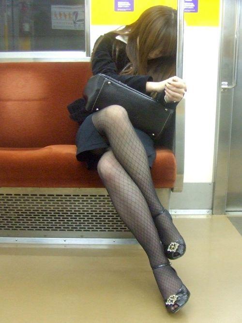 ちょっと迷惑だけど電車の中の足組みしてるエッチなお姉さんの画像 34枚 No.27