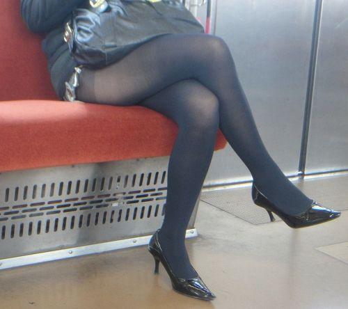 ちょっと迷惑だけど電車の中の足組みしてるエッチなお姉さんの画像 34枚 No.28