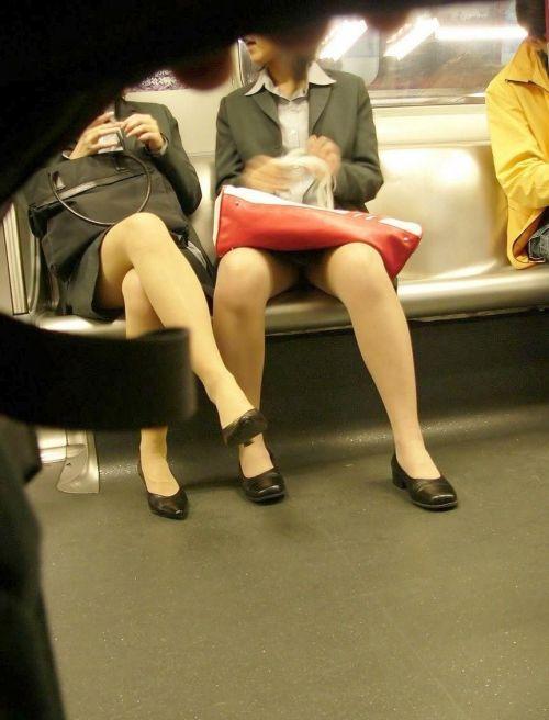 ちょっと迷惑だけど電車の中の足組みしてるエッチなお姉さんの画像 34枚 No.29