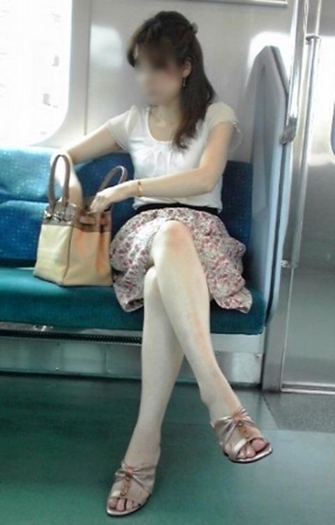 ちょっと迷惑だけど電車の中の足組みしてるエッチなお姉さんの画像 34枚 No.31