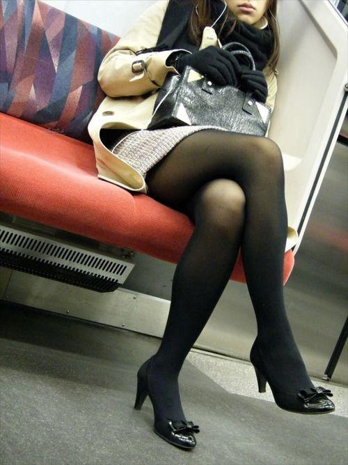 ちょっと迷惑だけど電車の中の足組みしてるエッチなお姉さんの画像 34枚 No.33