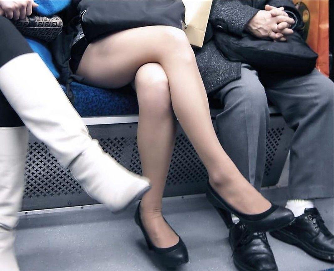 ちょっと迷惑だけど列車の中の足組みしてるセックスなオネエさんの写真 34枚