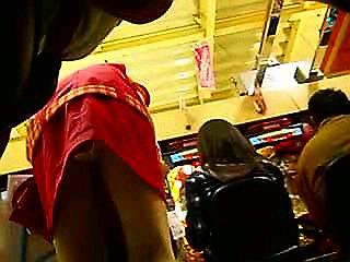 パチンコ店員のパンティをローアングルで盗撮したエロ画像まとめ 36枚 No.16
