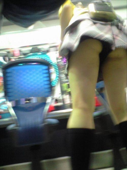 パチンコ店員のパンティをローアングルで盗撮したエロ画像まとめ 36枚 No.21