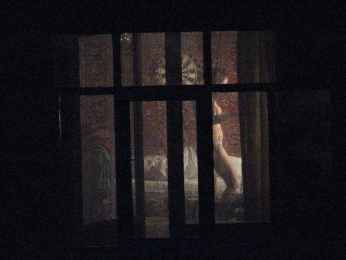 【画像】窓際やベランダで日向ぼっこしてる全裸外国人がエロ過ぎるwww 36枚 No.4