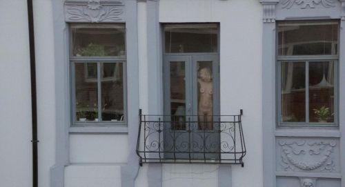【画像】窓際やベランダで日向ぼっこしてる全裸外国人がエロ過ぎるwww 36枚 No.6