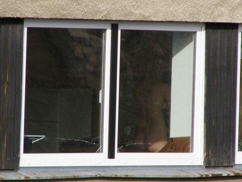 【画像】窓際やベランダで日向ぼっこしてる全裸外国人がエロ過ぎるwww 36枚 No.8