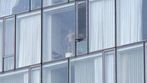 【画像】窓際やベランダで日向ぼっこしてる全裸外国人がエロ過ぎるwww 36枚 No.10