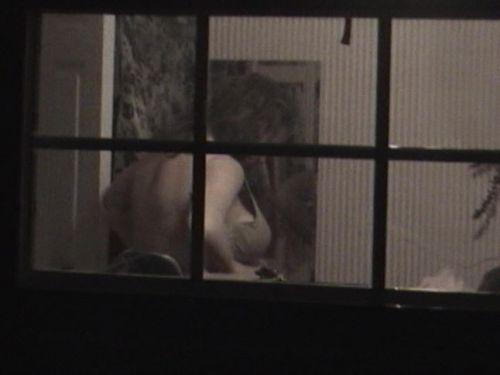 【画像】窓際やベランダで日向ぼっこしてる全裸外国人がエロ過ぎるwww 36枚 No.11